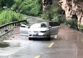 ریزش مرگبار سنگ بر روی خودرو در کندوان+ عکس