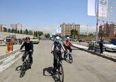 رکاب زنی شهردار منطقه ۱۵ با دانش آموزان در آستانه سالروز پیروزی انقلاب اسلامی 