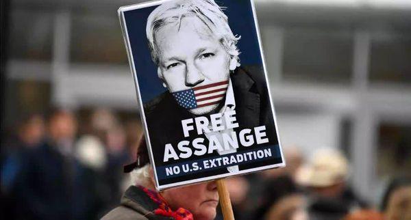 کشمکش آمریکا و انگلیس بر سر جولیان آسانژ  از نگاه ریچارد مدهرست