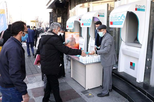 توزیع ماسک و محلول ضدعفونیکننده در ایستگاه سلامتی بانک دی